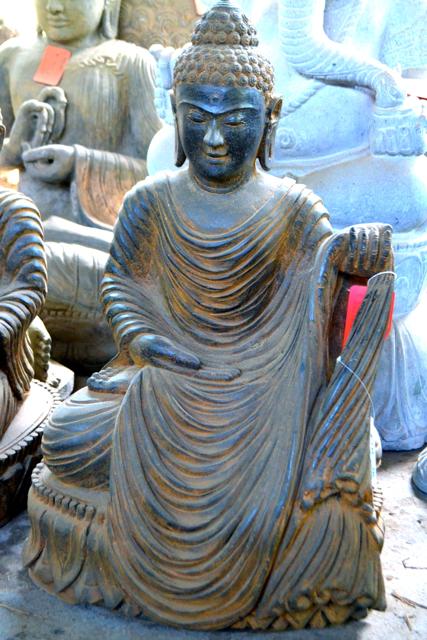Buddhafigur aus echtem Stein