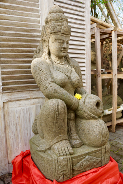 Gartenfigur Dewi aus Stein 122 cm