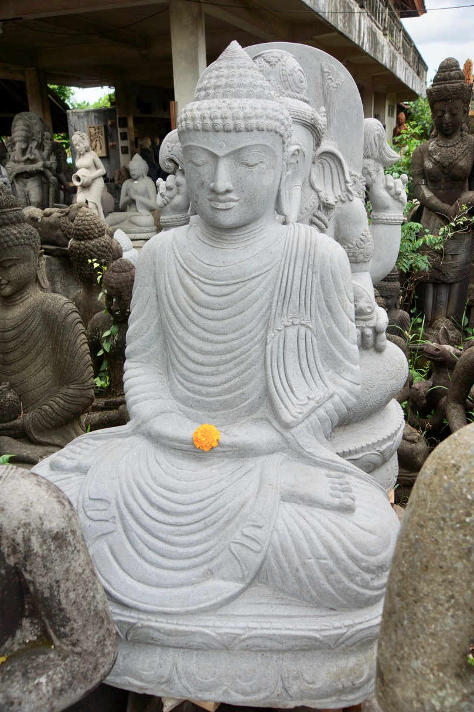 weisser Steinbuddha für den Garten