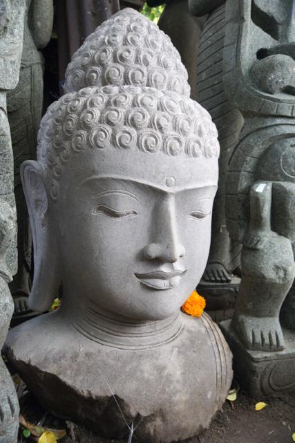 weisse Buddhabüste