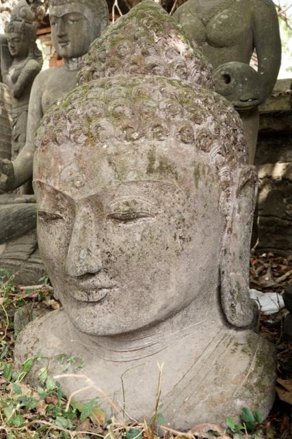 handgeschlagene Buddhabüste aus Stein