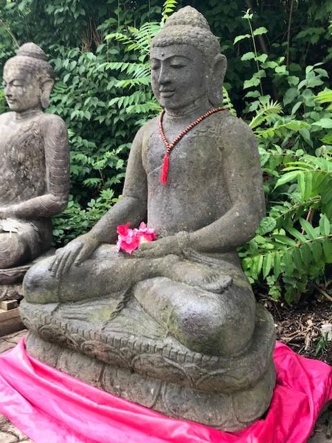 großer Buddha aus Stein für den Garten