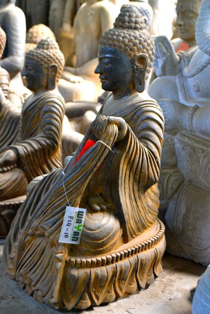 Buddha mit ausladendem Dress aus Stein