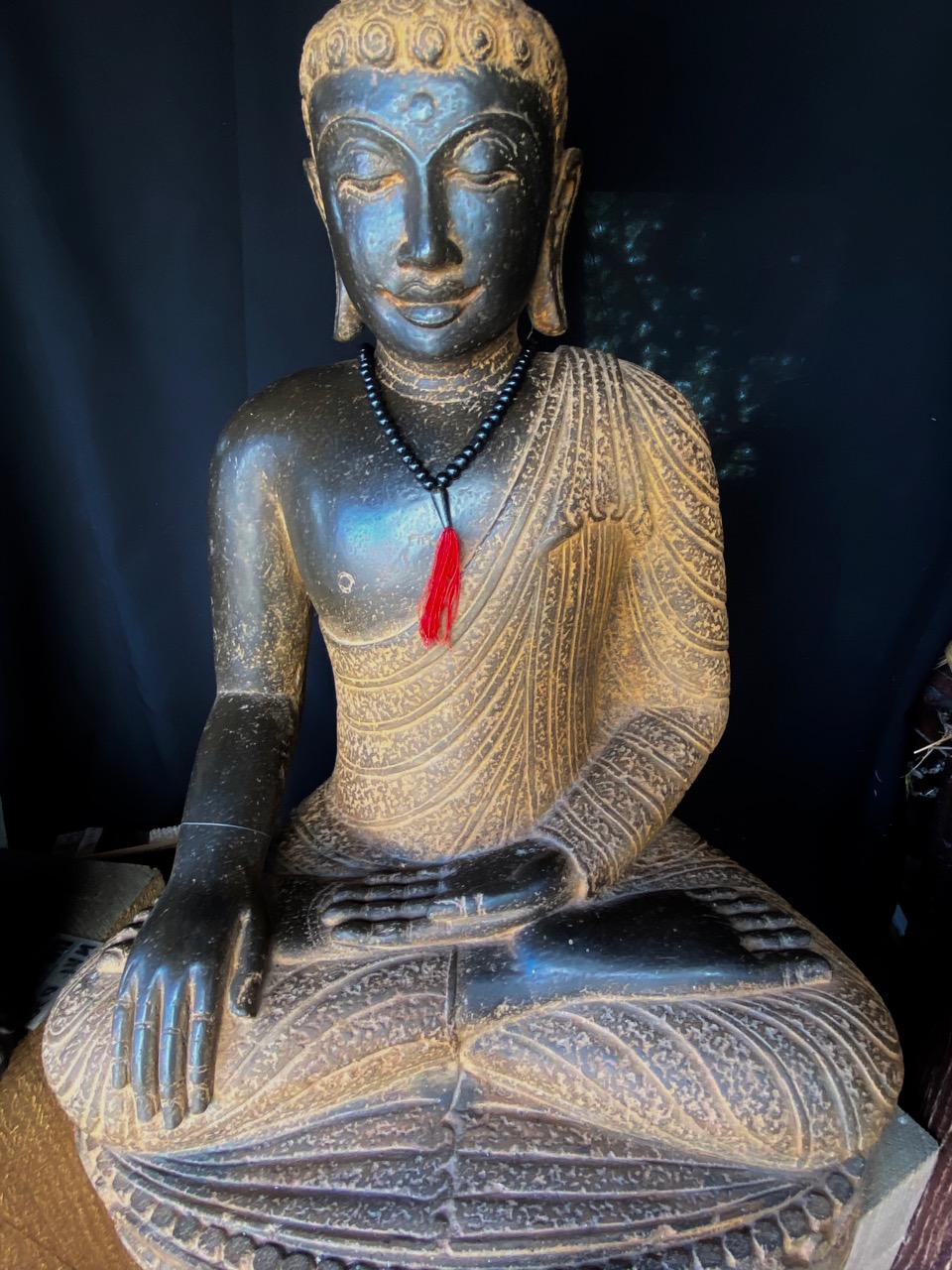 Steinbuddha mit antikem Farbfinish in Perfektion
