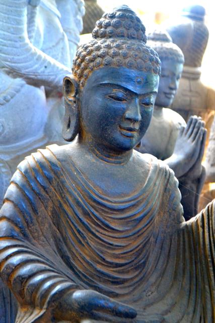erlesene Buddhastatue aus Riverstone  75 cm