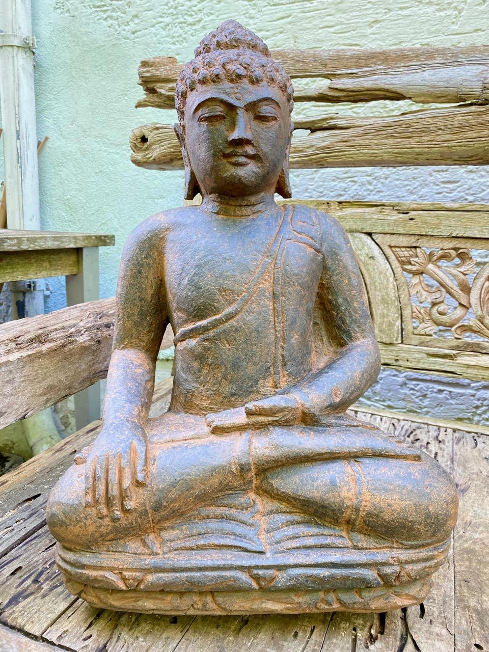 sitzender Steinbuddha