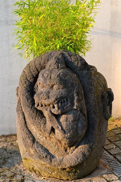 Steintrog aus Lavastein mit Drachenemblem