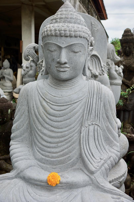 weisse Buddhastatue für den Asiagarten