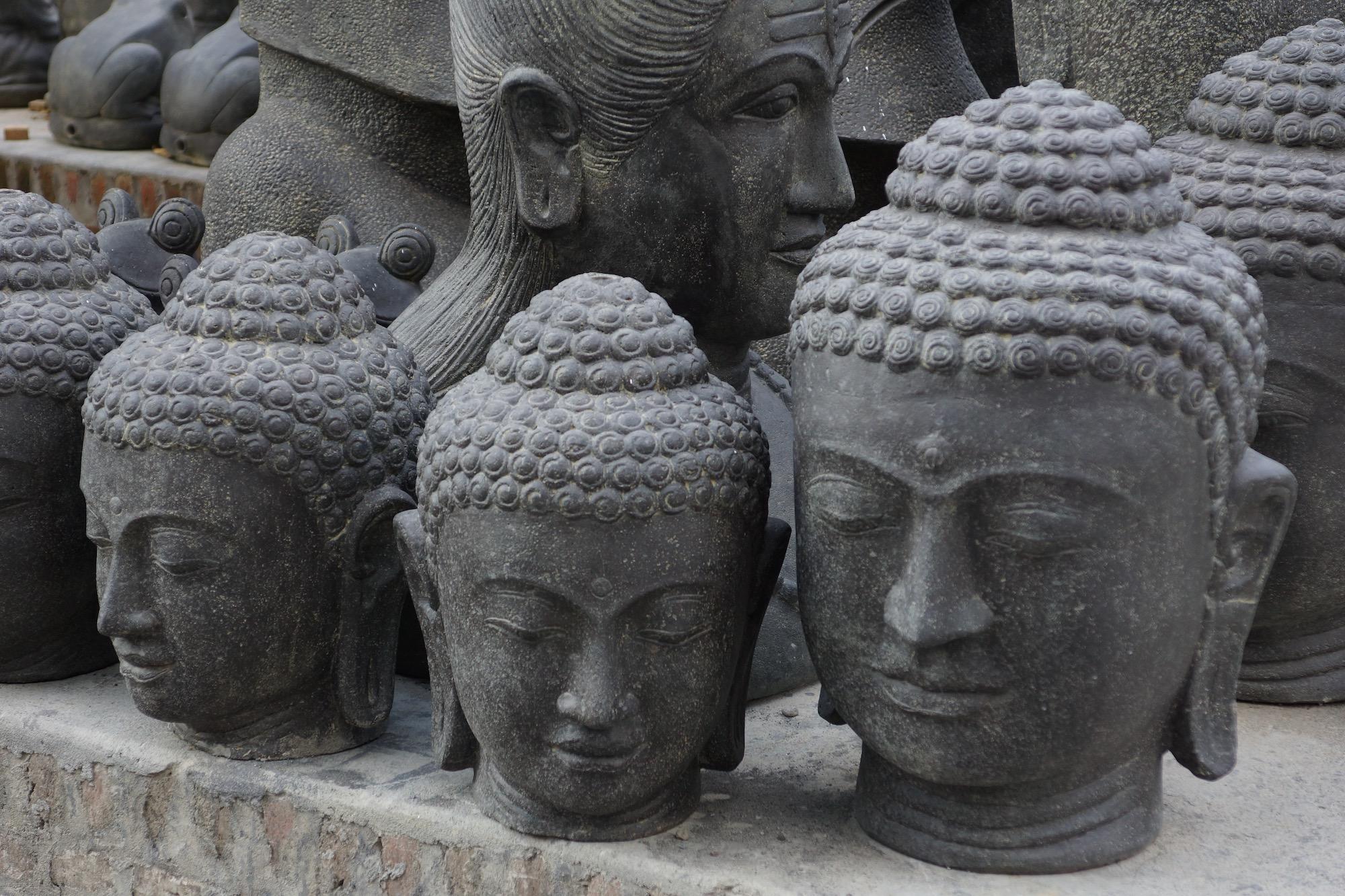 Buddha-Büsten und Buddha-Köpfe