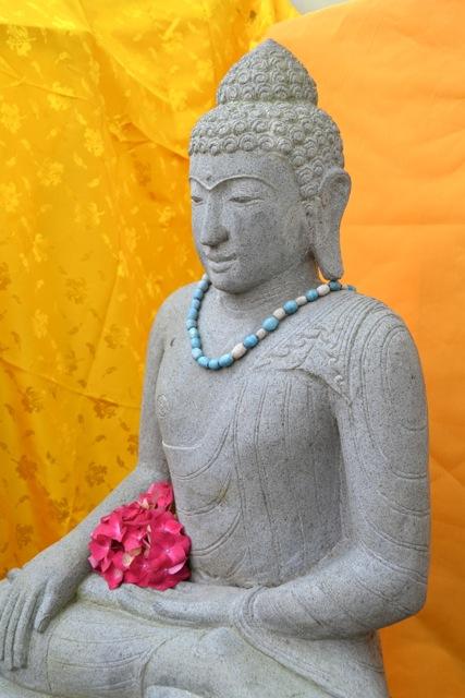 weisser Buddha aus Stein