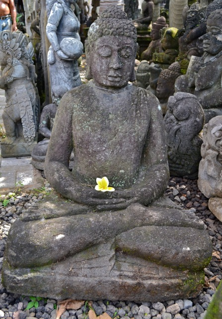 Buddha Statue aus Stein für den Asiagarten