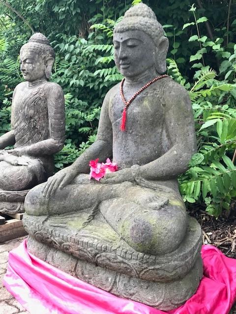 wertvoller Gartenbuddha aus Stein von Hand geschlagen