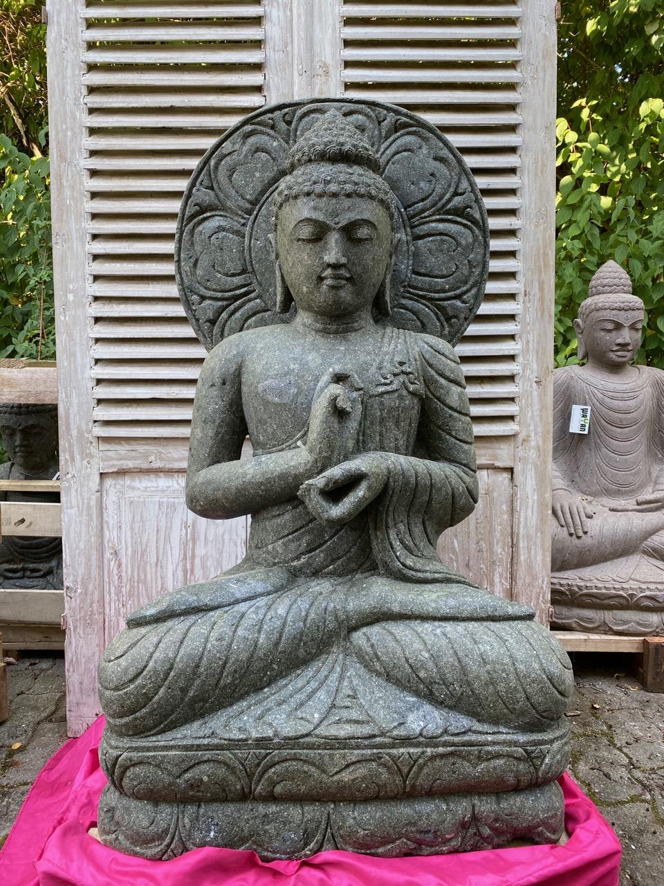 Buddhastatue mit Sonnenornament