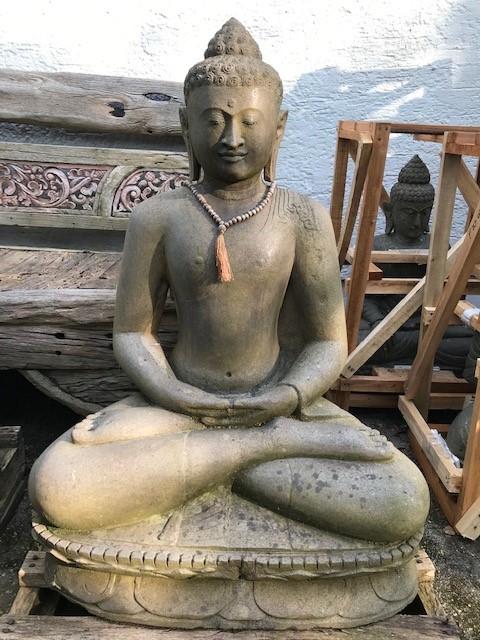 Buddhastatue Flussstien