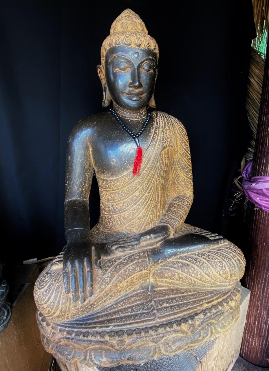 beeindruckender Flusssteinbuddha