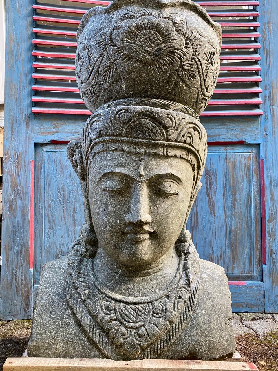 Steinbüste der Göttin Dewi mit Pflanztopf