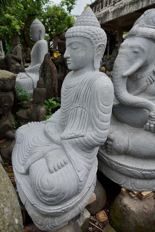 Buddhastatue aus massivem Stein geschlagen