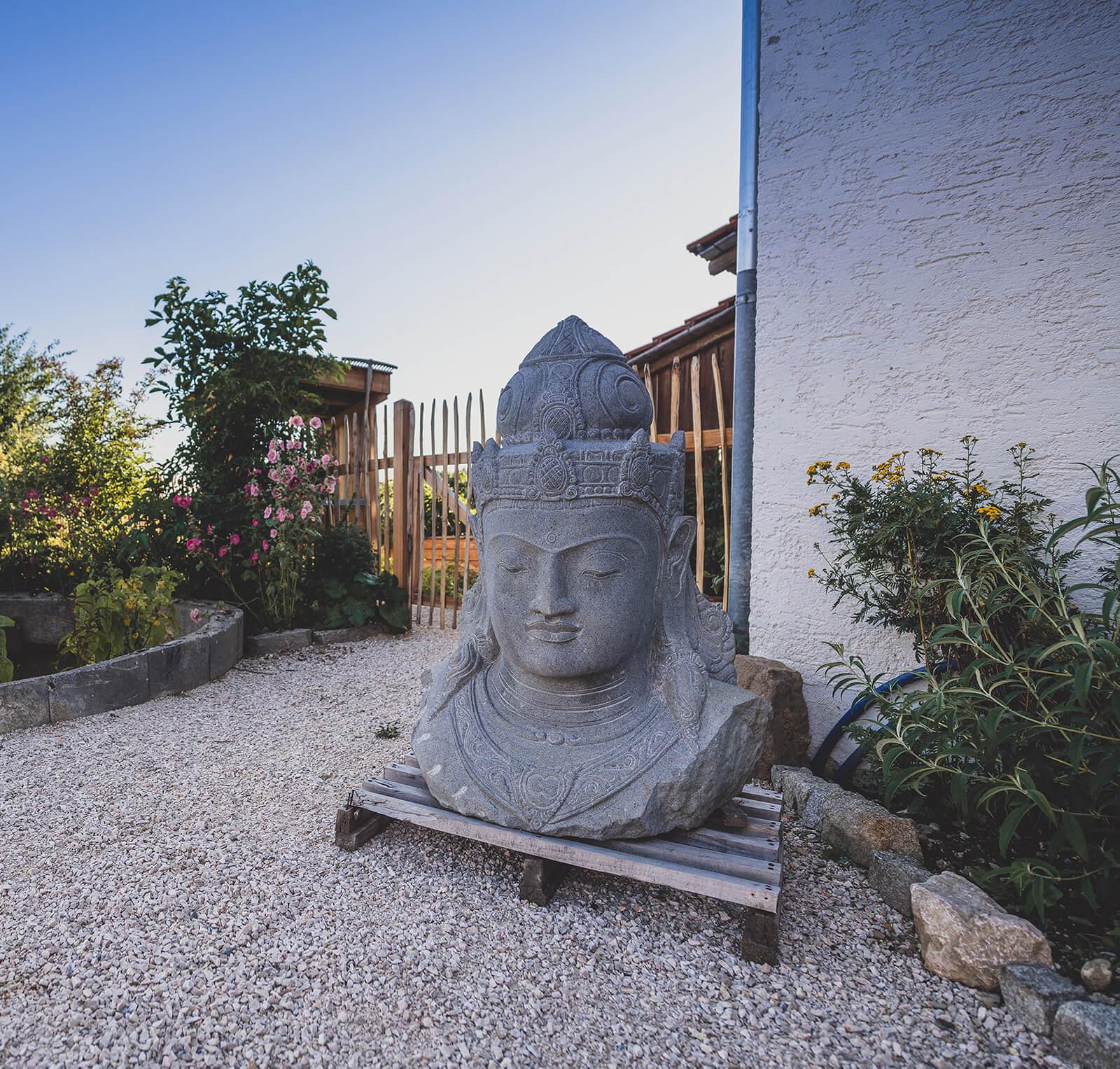 Hand geschlagene Steinbüsten und Buddhaköpfe