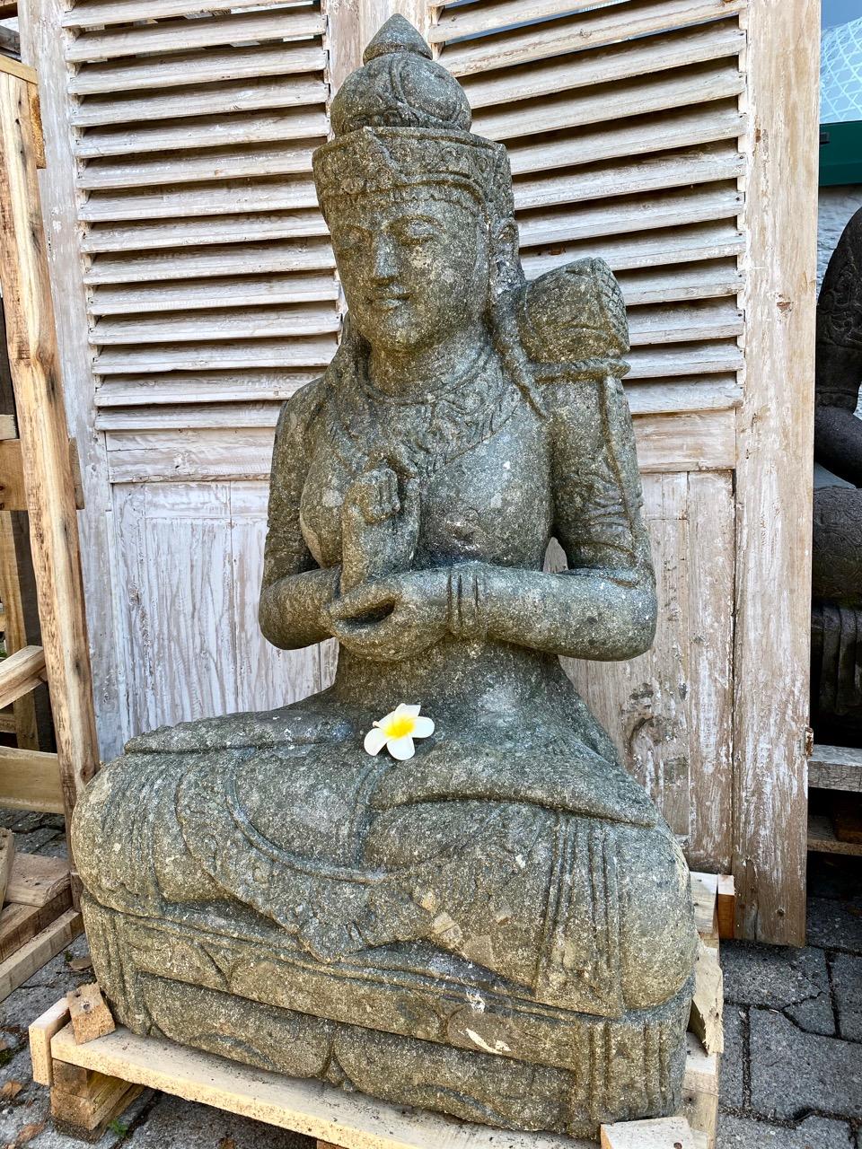 Göttin Dewi aus Stein