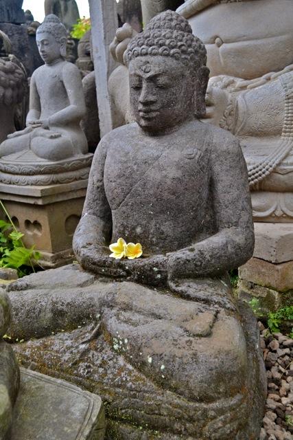 Buddhafigur aus Stein für den Garten