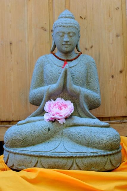 weisser Buddha Steinskulptur Gartenstatue oder Interieur